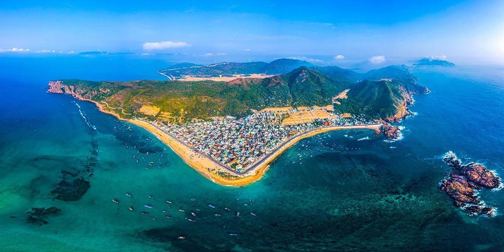"""Biển Quy Nhơn được mệnh danh là """"thiên đường du lịch """"tại miền Trung (Ảnh: Danh Khôi Group)"""